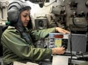 TTE Daris Laura Garcia Ingeniera en comunicaciones revisa radio del R104, en una de las unidades de tanque del occidente. Foto Alberto Borrego Avila